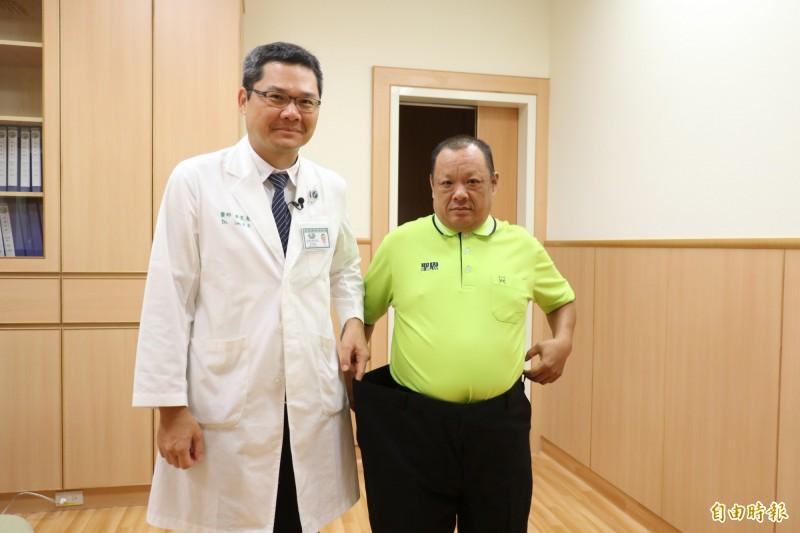 楊姓男子經台中慈濟醫院代謝及減重中心主任李旻憲施以「胃縮小手術」,成功減重28公斤,褲子都鬆了。(記者歐素美攝)