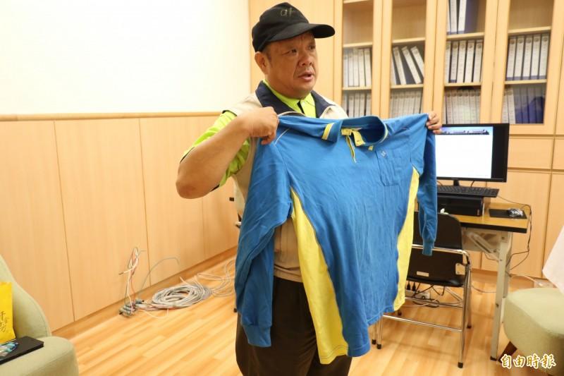 楊男拿著以前的5XL的大尺碼衣服表示,現在衣服都太大了。(記者歐素美攝)