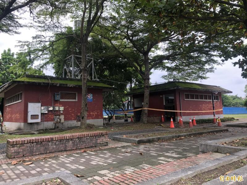 屏東潮州鎮內的運動公園,今早被民眾發現男、女兩座廁所出現大片血跡。(記者邱芷柔攝)