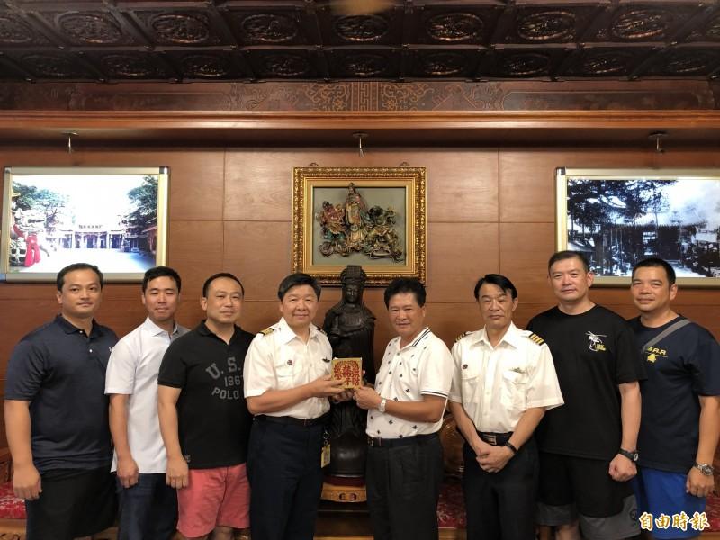 鎮瀾宮副董事長鄭銘坤代表將壓轎金贈送給空勤總隊第二大隊隊長林國強及飛官。(記者歐素美攝)