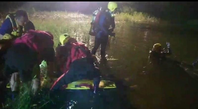 嘉義市蘭潭風景區三信亭今晚一名男子被發現溺水,送醫經急救30分鐘宣告不治。(讀者提供)