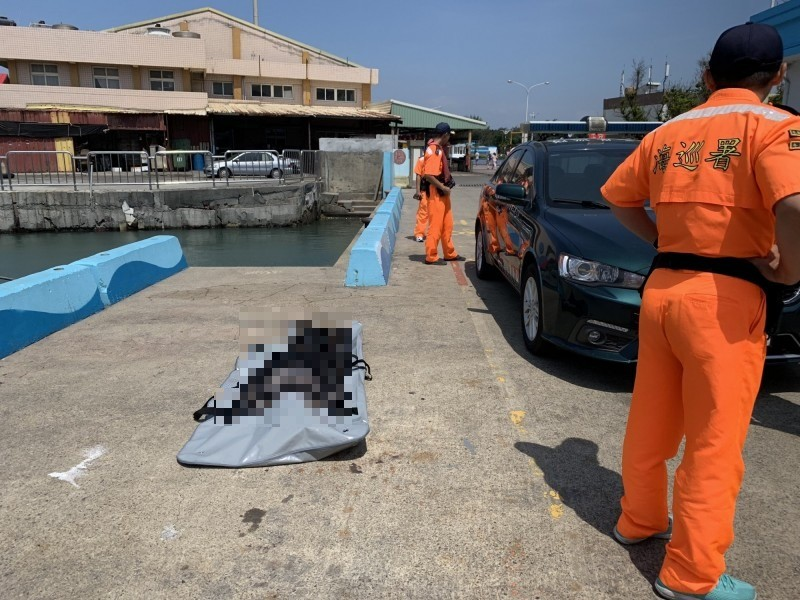 海巡人員打撈浮屍上岸。(第三岸巡隊提供)