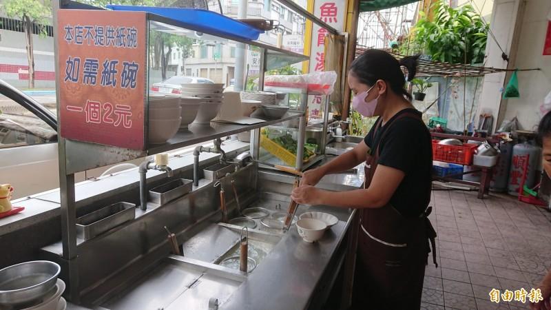 阿華手工魚麵由第二代傳人顏秋華掌廚。(記者洪瑞琴攝)