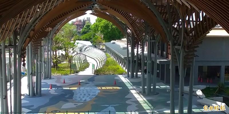 臺鐵花蓮站二期工程將完工,車站大廳地面迎面而來就是大型公共藝術「洄瀾鯨奇」。(記者王錦義攝)