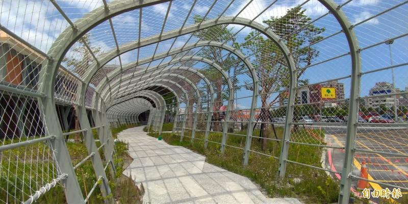 臺鐵花蓮站二期工程將完工,站外設有綠色隧道,未來將種植爬藤植物。(記者王錦義攝)