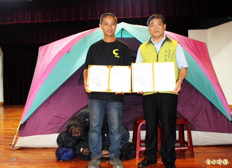 新化區長吳金喜(右)與業者陳清華簽約合作,投入救災行列。(記者吳俊鋒攝)