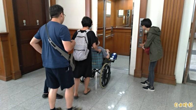 涉縱火嫌犯劉瑀涵的母親(坐輪椅者)與其胞弟(左一)到台南地院出庭。(記者王俊忠攝)