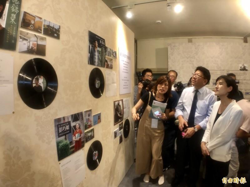 文化部長鄭麗君(右)在屏東縣長潘孟安(右二)陪同下,參觀屏東全國古蹟日主題特展。(記者羅欣貞攝)