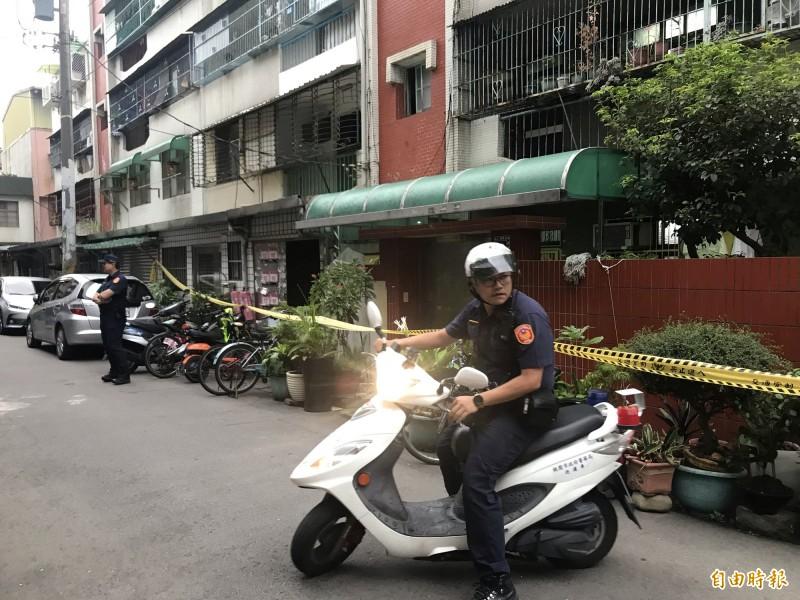 警方封鎖命案現場進行調查。(記者李容萍攝)