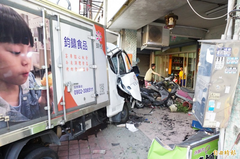陳姓貨車司機的貨車撞上柱子。(記者張軒哲攝)