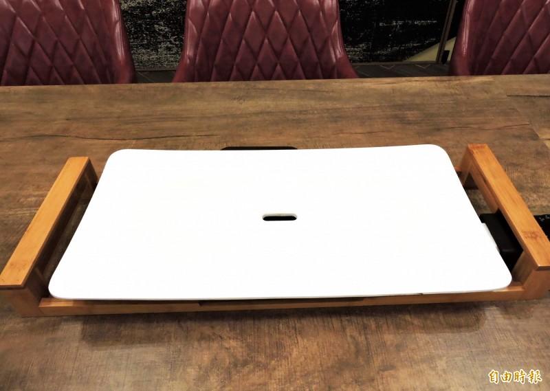 宮鶴採用進口純白陶瓷烤盤。(記者張菁雅攝)