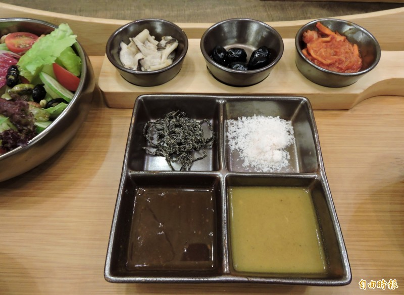 宮鶴提供4種沾醬,可搭配不同食材。(記者張菁雅攝)