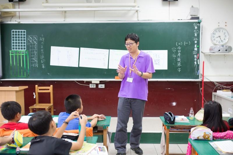 溪海國小呂龍興在校內推動閱讀理解教學。(呂龍興提供)