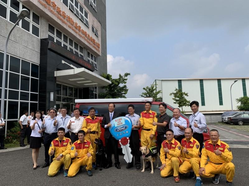 高雄義大癌治療醫院今天捐贈一輛價逾170萬元的搜救犬專用警備車,給高市消防局,讓搜救犬出勤有更好的休息空間。(記者蘇福男翻攝)