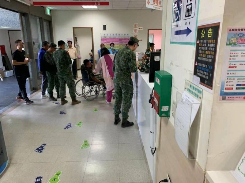 金防部執行20機砲彈藥檢整作業時,發生藥筒爆裂,3名士兵受傷送醫,經診治包紮剩一人留院觀察。(讀者提供)