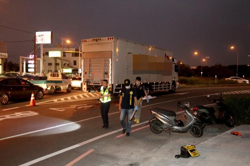 麻豆交流道南下入口匝道口,18日傍晚約5點33分發生一起驚悚車禍,機車和大貨車碰撞後,36歲蔡姓女騎士慘死輪下。(記者楊金城攝)