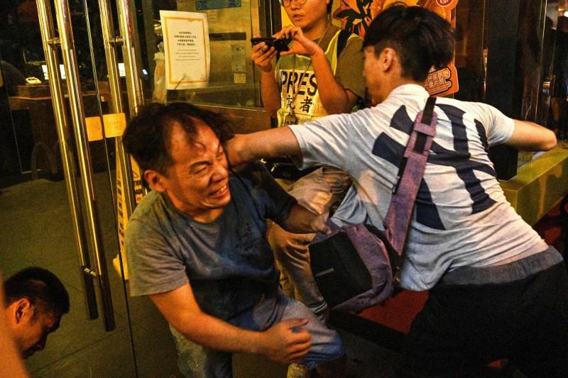 香港「反送中」示威者在屢遭攻擊暴力後,開始有以拳腳回擊的聲浪及行動出現。圖為香港北角15日黑、白兩派大亂鬥場景。(法新社)