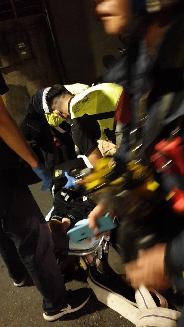 消防人員救出已失去生命徵象的95歲婦人。(記者徐聖倫翻攝)