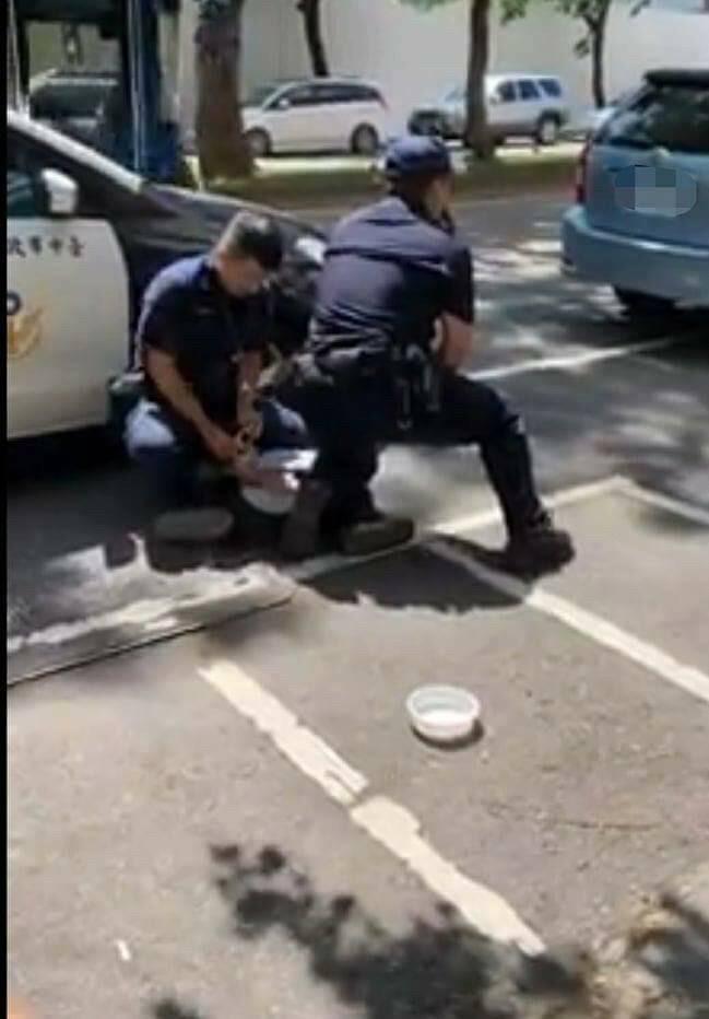 警方合力壓制潘男上銬逮捕。(擷自爆料公社)