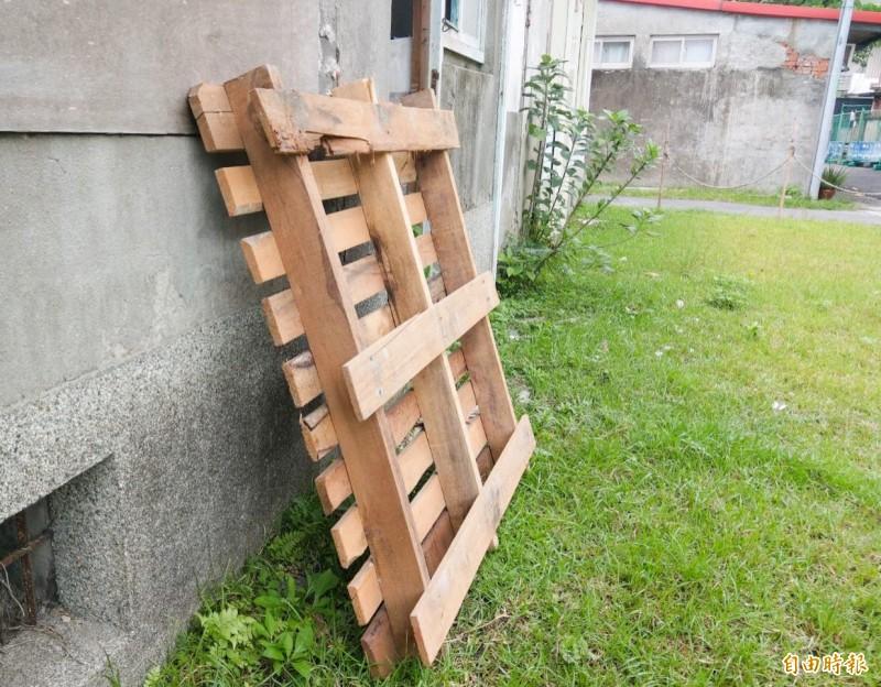 曾男涉嫌竊取住家附近的一塊木棧板,卻辯稱以為沒人要,但檢方認為棧板整齊堆置,且還蓋著帆布,並不像棄置品,依竊盜罪嫌將曾男起訴。圖為木棧板示意圖,非受害棧板。(記者張議晨攝)