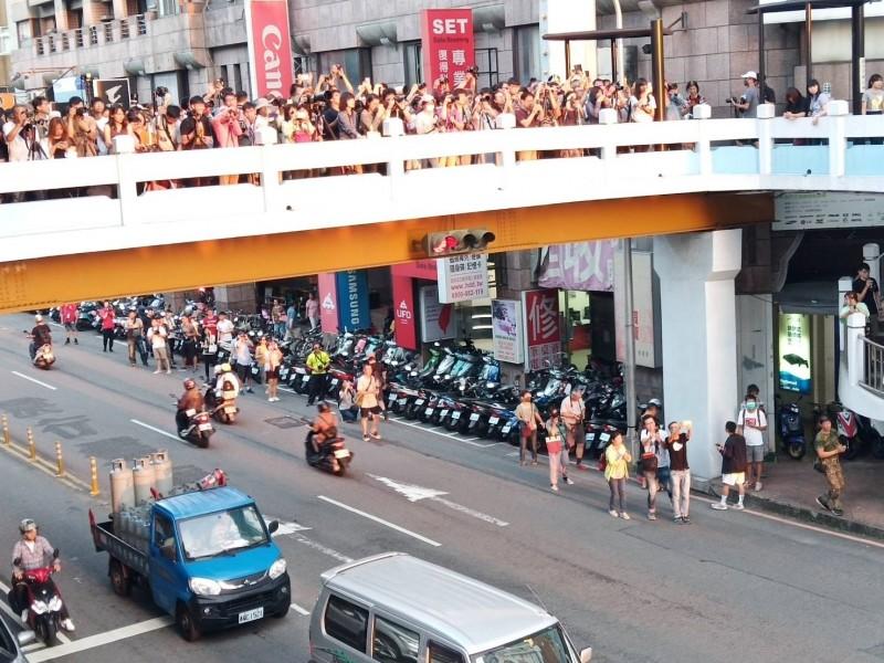 懸日美景昨天現身,台中公益路天橋擠滿人潮。(林姓網友提供)