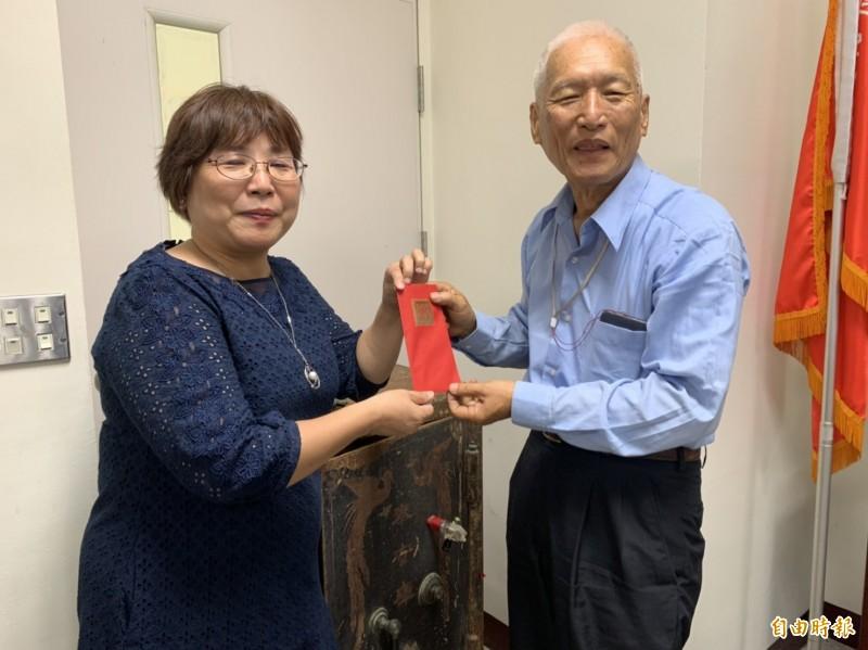 龍潭國小校長楊雅芳(左)頒發1萬元獎金給吳坤浩(右)。(記者許倬勛攝)
