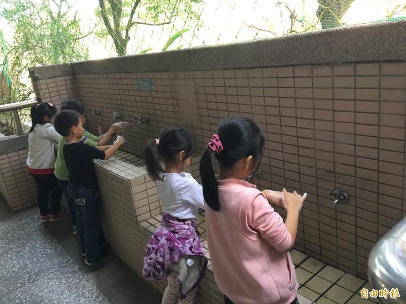 桃園市政府衛生局呼籲大人小孩務必正確勤洗手。 (記者魏瑾筠攝)