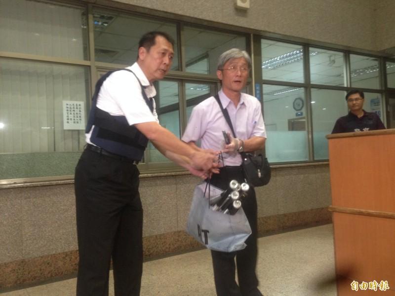 前鎮警分局長林新晃、鼓山警分局偵查隊長黃昭偉(右)起獲短球棒。(記者黃旭磊攝)