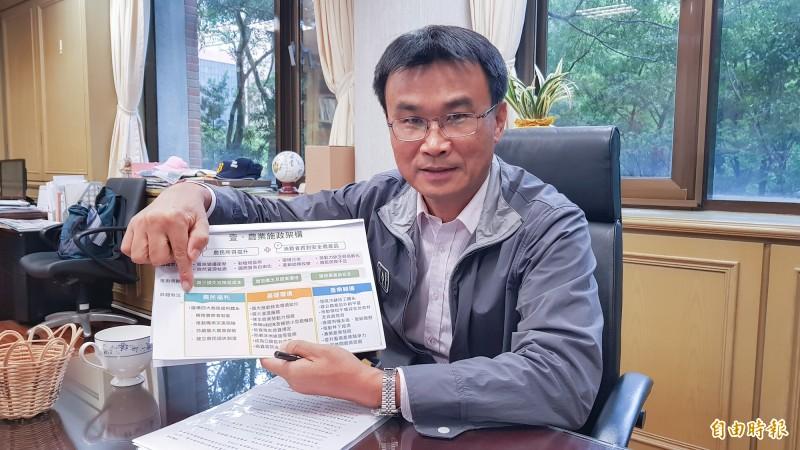農委會主委陳吉仲說明農民年金規劃實施方案。(記者簡惠茹攝)