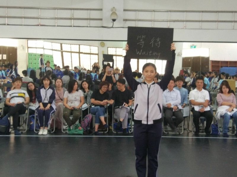 新竹縣政府文化局培植的「不然,B計畫」劇團的青少年演員,本週二在國立台東高商表演「青春絮語」,帶給台東不一樣的藝文表演刺激。(圖由新竹縣政府文化局提供)