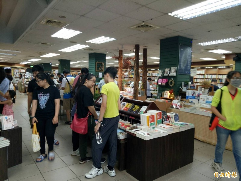 三民書局湧入讀者購書巡禮。(記者張軒哲攝)