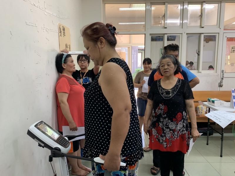 唐善與中榮醫師前進南投信義鄉為族人做健檢。(康善基金會提供)
