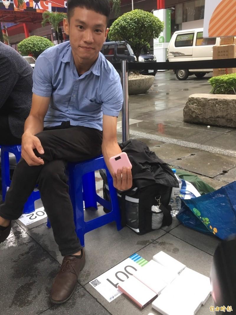 中華電信頭香洪先生排了140小時,準備許多行動電源應戰。(記者楊綿傑攝)