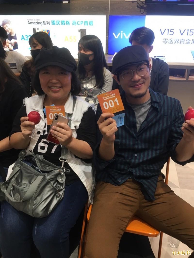 台哥大頭香李先生(右)、連續5年來排隊的陳小姐(左)今年居第二。(記者楊綿傑攝)