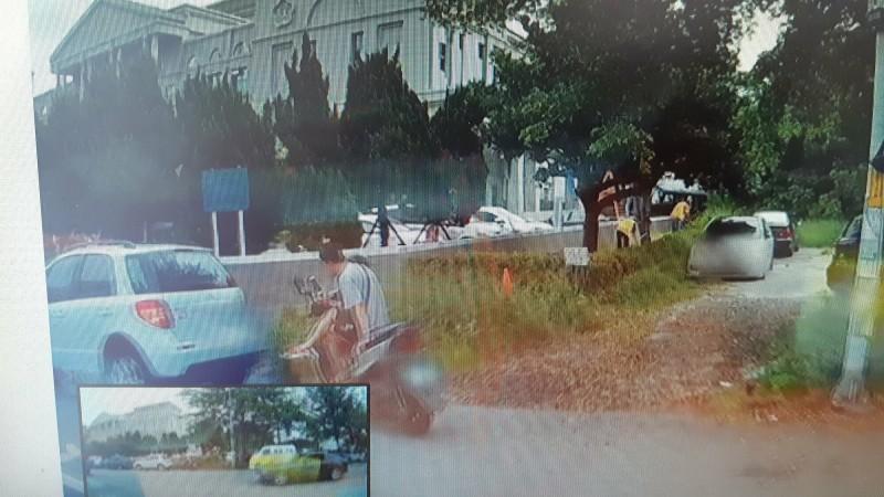 鄉民提供影片顯示李女車輛(左下角)停放時,不遠處有著黃色背心的地檢署勞動人正在割草。(記者黃明堂翻攝)