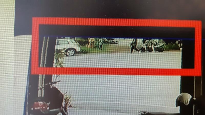 鄉民提供影片顯示李女車輛(左下角)停放時,車旁有人正在割草。(記者黃明堂翻攝)