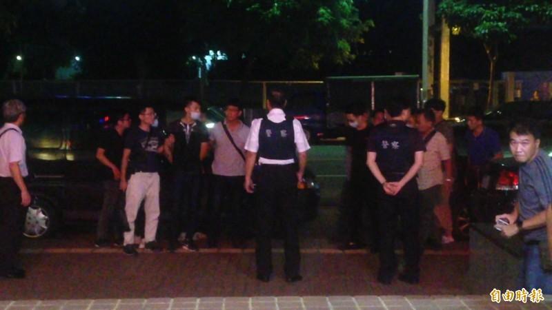警方提高維安等級,深夜穿防彈背心維安。(記者黃旭磊攝)