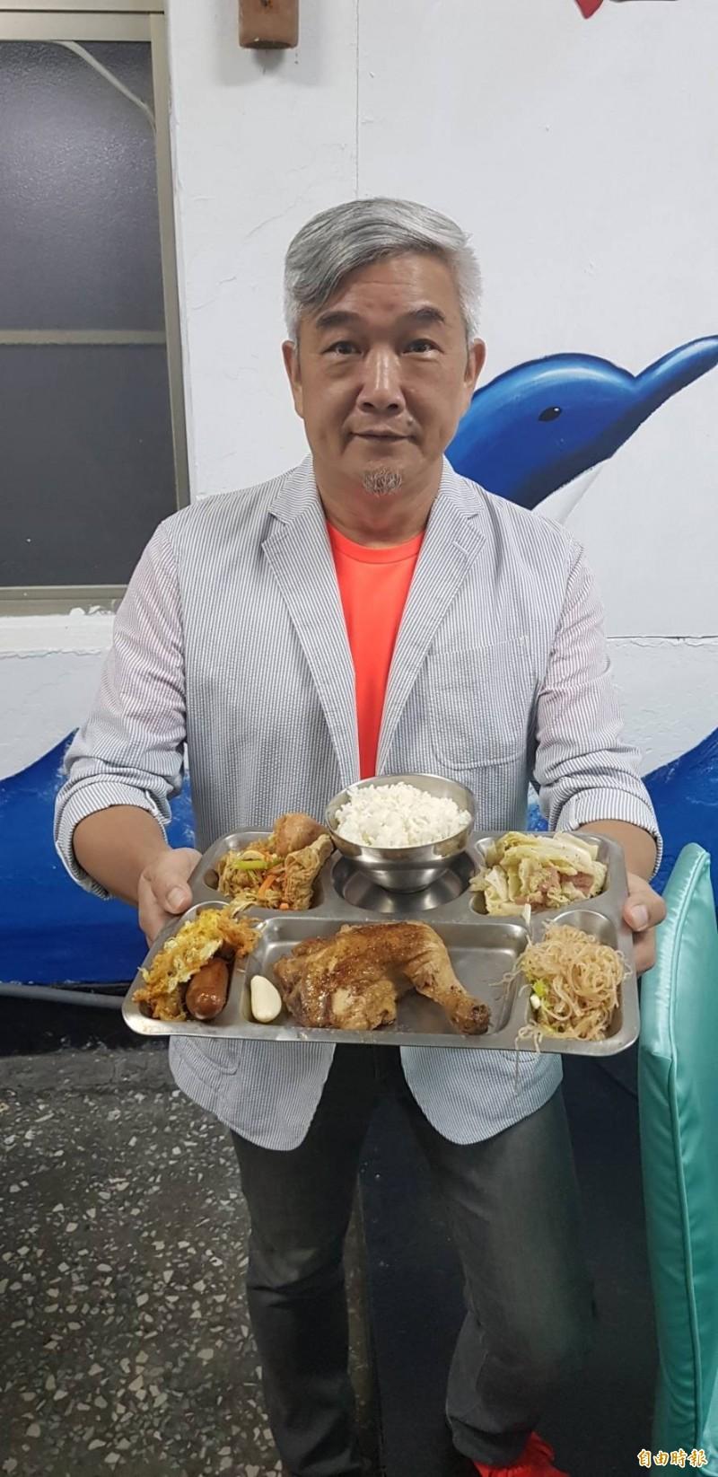 美食家焦志方9月17日走進韋昌嶺營區,在營區內吃到久違的軍中大鍋飯,對於這個懷念美食忍不住PO在YOUTUBE,與大家分享。(記者俞肇福攝)