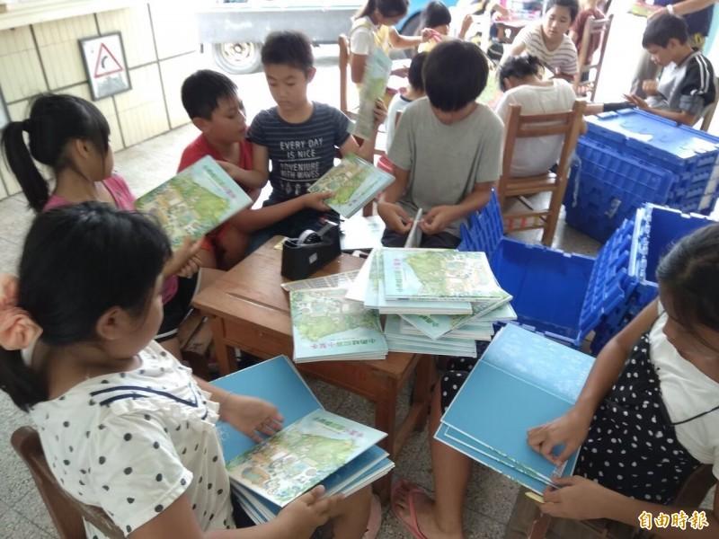 長樂國小設置「愛的書庫」,學童迫不及待閱讀。(記者蔡宗憲攝)