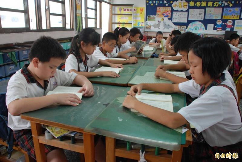 「愛的書庫」的書籍,被全台老師借給學生共讀,小朋友總讀得津津有味。(記者陳鳳麗攝)