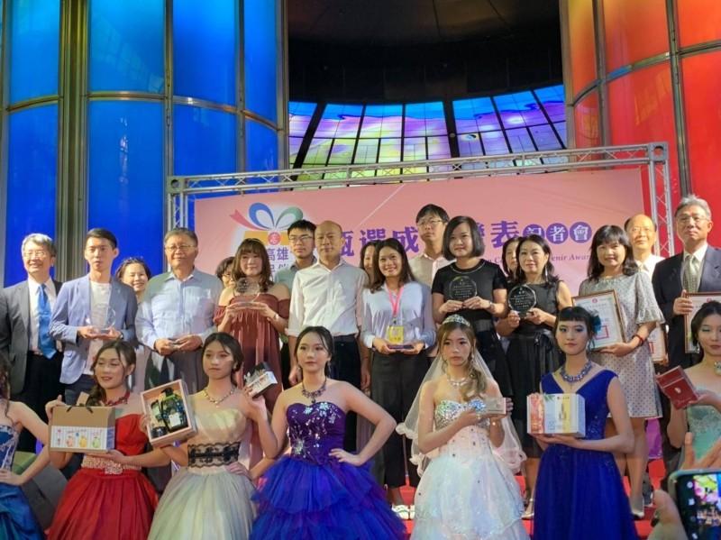 高市衛生局舉辦十大化妝品伴手禮選拔,今由高雄市長韓國瑜主持頒獎典禮。(記者王榮祥翻攝)