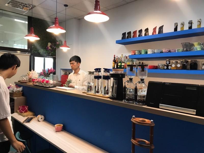 進駐新店中央市場的Lily&Sun概念店老闆張煜昇,主打餐飲結合生活美學。(新北市政府市場處提供)