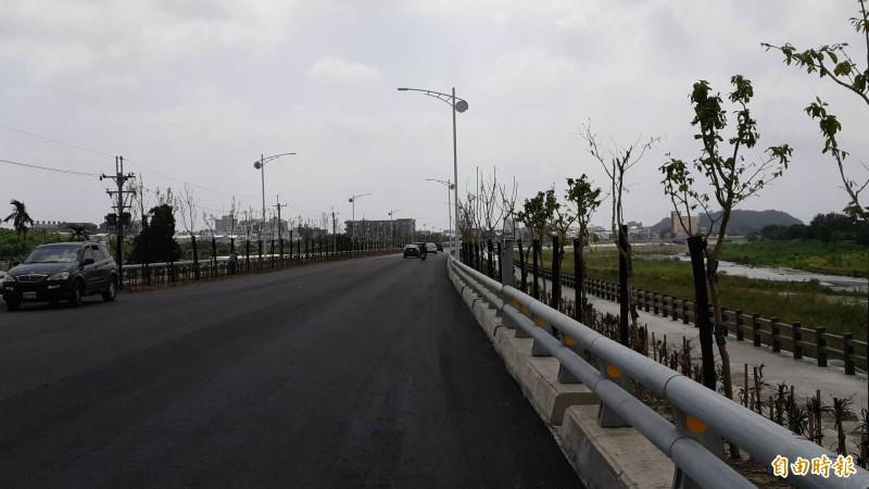 台東市太平溪路堤共構日光橋到馬蘭橋段完成9成路面鋪設。(記者黃明堂攝)