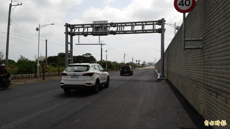 台東市太平溪路堤共構日光橋到馬蘭橋段完成9成路面鋪設,縣長座車今天試跑。(記者黃明堂攝)