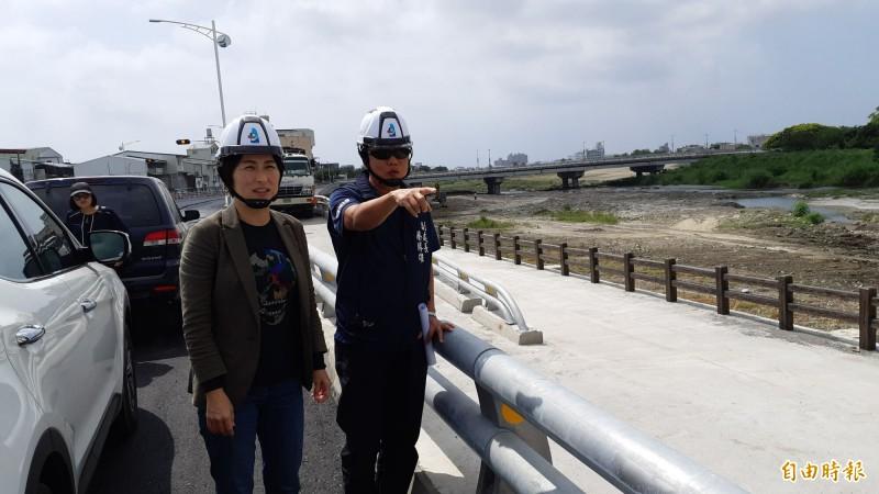 台東縣長饒慶鈴(左)今天到路堤共構工程,聽取建設處代處長蔡勝雄說明施工情形。(記者黃明堂攝)