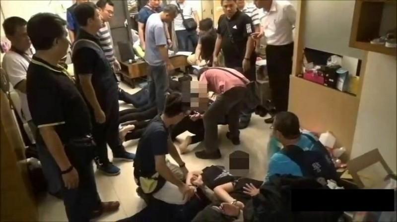 8嫌共居遭警方壓制。(記者黃旭磊翻攝)
