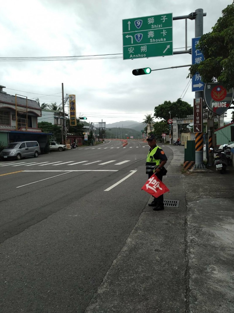 大武分局「武警」在南迴公路旁攔查違規車輛。(記者黃明堂翻攝)