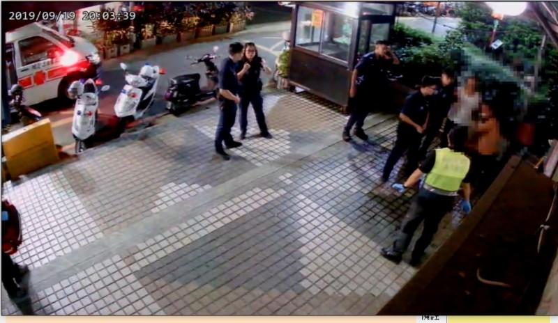警方、消防到場,拉開受傷的兩人(右側)。(記者吳仁捷翻攝)