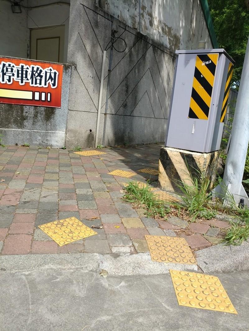 台南市忠義路、五妃街口的導盲警示磚亂成一團,讓視障者根本無所適從。(尹仲平提供)