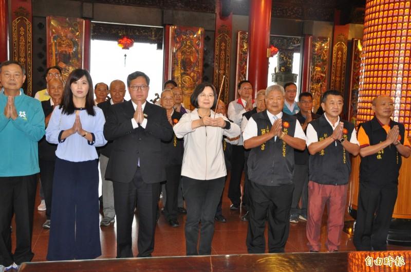 蔡英文總統(中)由桃園市長鄭文燦伉儷陪同參香。(記者周敏鴻攝)